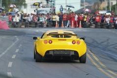Laufendes Auto und Zuschauer lizenzfreie stockfotografie