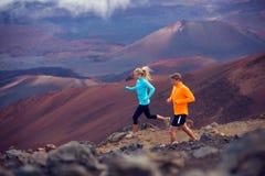 Laufendes draußen rütteln der Eignungssport-Paare Stockfotografie