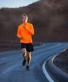 Laufendes draußen rütteln des athletischen Mannes Lizenzfreies Stockfoto