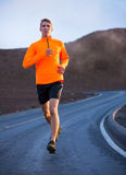 Laufendes draußen rütteln des athletischen Mannes Stockbilder