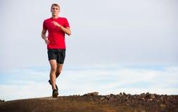 Laufendes draußen rütteln des athletischen Mannes, bildend aus Lizenzfreies Stockfoto