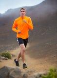 Laufendes draußen rütteln des athletischen Mannes, bildend aus Stockfotografie