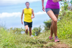 Laufendes Gehen der Leute auf Naturparkhinterweg Lizenzfreie Stockfotos