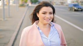 Laufendes glückliches aufgeregtes Frauenstraßenvoranbringen stock video footage