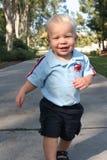 Laufendes Kleinkind auf Pfad Stockfotos