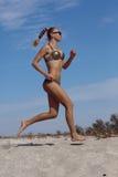 Laufendes Mädchen auf dem Strand Stockbild
