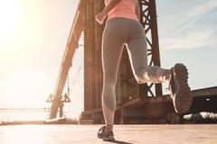 Laufendes Mädchen auf Straße stockfotografie