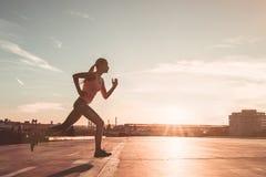 Laufendes Mädchen auf Straße lizenzfreies stockfoto