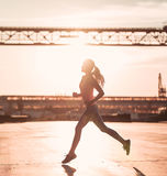 Laufendes Mädchen auf Straße stockbilder