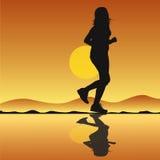 Laufendes Mädchenschattenbild mit Sonnenuntergang lizenzfreie abbildung