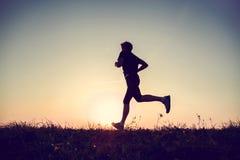 Laufendes Mannschattenbild in der Sonnenuntergangzeit Lizenzfreies Stockfoto