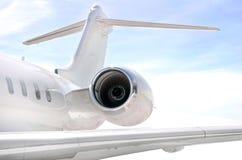 Laufendes Strahltriebwerk mit Flügel auf einem privaten Flugzeug Stockbilder