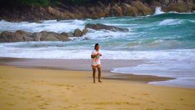 Laufendes thailändisches Mädchen stock footage