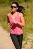 Laufendes Training der Athletenfrau am sonnigen Tag Stockbild