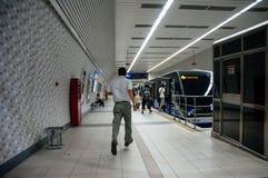 Laufendes Versuchen des Mannes, den Istanbul-Metrozug bei Kabatas zu erreichen Lizenzfreie Stockfotografie