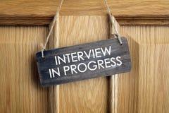 Laufendes Zeichen des Interviews auf Bürotür Stockfotografie