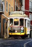 Laufkatze auf Lissabon-Straße Stockfotos