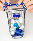 Laufkatze mit Kosmetik Lizenzfreie Stockfotos