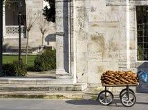 Laufkatze mit türkischen Bageln am Eingang zum Markstein lizenzfreies stockbild