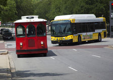 Laufkatze und Stadtbus auf einer im Stadtzentrum gelegenen Straße Lizenzfreies Stockfoto