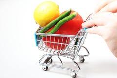 Laufkatze voll von Obst und Gemüse von Stockfoto