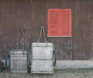 Laufkatzen in der vorderen braunen Werkstatt mit rotem Fenster stockbild