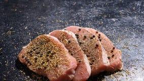 Laufkran der Zeitlupe schoss auf vier gesund und köstlichen reifen Stücken rohem Schweinefleischsteak stock footage
