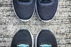 Laufschuhe auf einem Boden Lizenzfreies Stockfoto