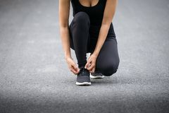 Laufschuhe, barfüßiglaufschuhe Nahaufnahme, versuchende Laufschuhe des Läufers, die zum Lauf fertig werden Gesunder Lebensstil stockbilder