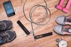 Laufschuhe und Training Stopwach-Whitherzfrequenz auf Smartphone und Musikspieler Lizenzfreie Stockfotos