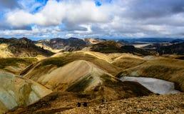 Laugavegur -在Landmannalaugar附近的流纹岩山起点  库存图片