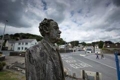 Laugharne, País de Gales, Reino Unido, julio de 2014, opinión Dylan Thomas talló la estatua imagen de archivo