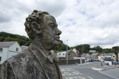 Laugharne, Pa?s de Gales, Reino Unido, julio de 2014, opini?n Dylan Thomas tall? la estatua foto de archivo