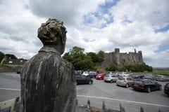 Laugharne Wales, UK, Juli 2014, sikt av Dylan Thomas sned statyn arkivfoton
