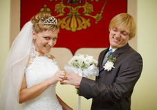 Laughing bride and groom Royalty Free Stock Photos