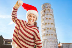 Laughing woman in Santa hat in front of Leaning Tour of Pisa Royalty Free Stock Photos