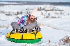 Laughinh девушки пока трубопровод снега Стоковое Изображение RF