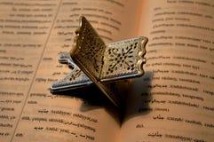 Laukh en boek of wij lezen de brief Stock Foto