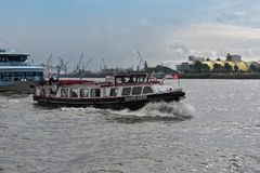 Launchboat Buenos Aires på en hamnkryssning på floden Elbe Royaltyfria Bilder