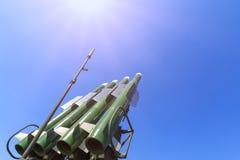 Launcher av det självgående systemet Buk M2 med fyra missiler på bakgrunden för blå himmel royaltyfria foton