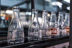 LAUNDA/ANGOLA - 23-ЬЕ МАЯ 2018 - фабрика кока-колы, бутылки готов-к-заполнения на линии стоковое изображение