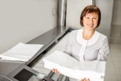 Laundress работая с гладильной машиной Стоковое Фото