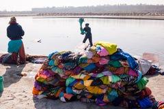 Laundy på den Jamuna floden Agra Royaltyfri Fotografi