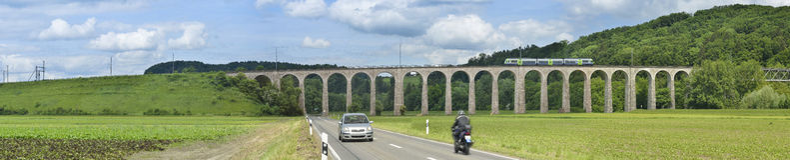 Laupen viadukt en dorpsweg Vaud, Zwitserland Royalty-vrije Stock Foto