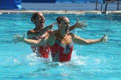 Laura Auge e Margaux Chretien de França competem durante o círculo preliminar do dueto da natação sincronizada nos 2016 Olympics imagem de stock