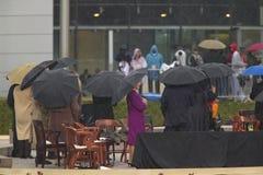 Laura Bush och andra på etapp under den storslagna öppningscermonin av Williamen J Clinton Presidential mitt i Little Rock, AK Arkivbild