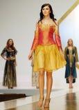 Laura Olteanu kolekcja na wybiegu przy Bucharest mody tygodnia przedstawieniem obrazy royalty free