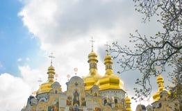 Laura in primavera. Cupole dorate sopra il cielo nuvoloso Immagine Stock