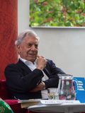 Laureat do pr?mio nobel na literatura Mario Vargas Llosa no mundo Praga 2019 do livro fotos de stock