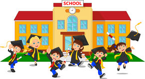 Laureati felici che tengono i certificati davanti alla scuola Fotografia Stock Libera da Diritti